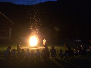 火を囲んで、チームごとの出し物も見せあいっこしました。